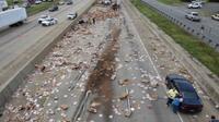 Jalan raya di Arkansas macet selama empat jam setelah truk 18 roda mengalami kecelakaan dan membuat banyak pizza beku berserakan (AP)