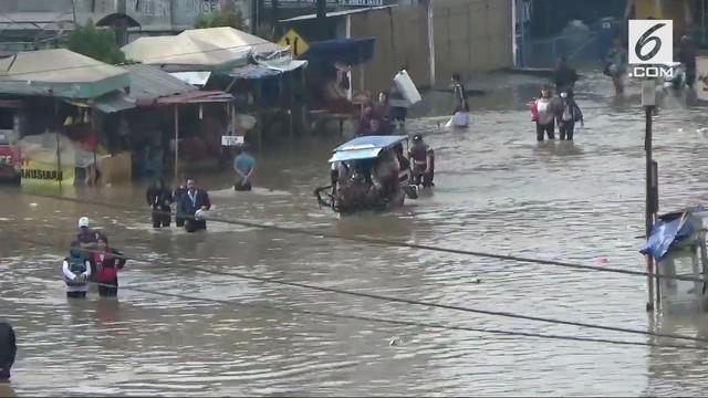 Luapan sungai Citarum menyebabkan banjir di kawasan Baleendah, Kabupaten Bandung. Akses jalan terputus, dan warga harus berjalan kaki untuk melewati banjir.
