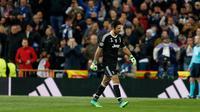 Kiper Juventus, Gianluigi Buffon meninggalkan lapangan seusai diusir wasit saat bermain di kandang Real Madrid pada leg kedua perempat final Liga Champions, Rabu (11/4). Buffon dikartu merah atas tindakannya memprotes secara berlebihan (AP/Francisco Seco)