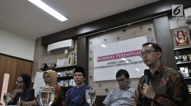 Komisioner Komnas HAM Beka Ulung Hapsara (kanan) memberi keterangan saat konferensi pers menyikapi kasus penyerangan dan pengusiran Ahmadiyah di Lombok Timur pada Sabtu lalu, di Kantor Komnas Perempuan, Jakarta, Senin (21/5). (Merdeka.com/Iqbal S Nugroho)