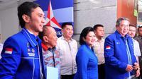 SBY datang bersama Isteri Ani Yudhoyono dan Sekjen Demokrat, Edhie Baskoro Yudhoyono (Ibas), Jakarta, Kamis (11/12/2014). (Liputan6.com/Johan Tallo)
