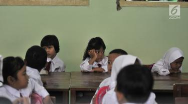Ekspresi seorang murid siswa yang mengikuti aktivitas belajar mengajar di SDN Jatinegara Kaum 15 Pagi, Jakarta, Senin (15/7/2019). Sebanyak 32 anak menjadi murid baru SDN tersebut pada hari pertama masuk sekolah tahun ajaran 2019/2020. (merdeka.com/Iqbal S Nugroho)