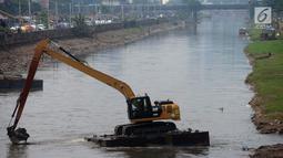 Aktivitas para pekerja saat alat berat mengeruk endapan material lumpur dari Kanal Banjir Barat di Kawasan Roxy, Jakarta, Sabtu (21/4). Selain mencegah pendangkalan, pengerukan juga dilakukan untuk mengantisipasi banjir. (Merdeka.com/Imam Buhori)