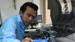 Karyawan merapihkan e-Money edisi Asian Para Games 2018 di unit produksi kartu, Jakarta, Rabu (3/10). Dibuatnya e-Money ini sebagai bentuk dukungan pada atlet-atlet disabilitas dari 43 negara yang akan berlaga 6-13 Oktober. (Liputan6.com/Angga Yuniar)