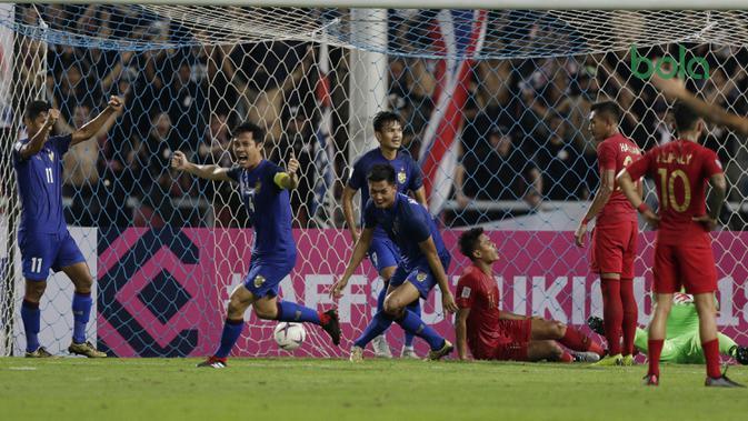 Para pemain Thailand merayakan gol yang dicetak Pansa Hemviboon ke gawang Timnas Indonesia pada laga Piala AFF 2018 di Stadion Rajamangala, Bangkok, Sabtu (17/11). Thailand menang 2-4 dari Thailand. (Bola.com/M. Iqbal Ichsan)