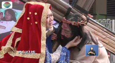 Paroki  Fransiskus Asisi, Menteng Dalam, Tebet, Jakarta Pusat  menyelenggarakan tablo kisah sengsara Yesus Kristus dengan mengenakan pakaian adat Nusantara.
