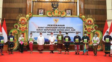 Para Penerima SK Hutan Sosial dan Hutan Adat Bersama Gubernur Bali, Wayan Koster