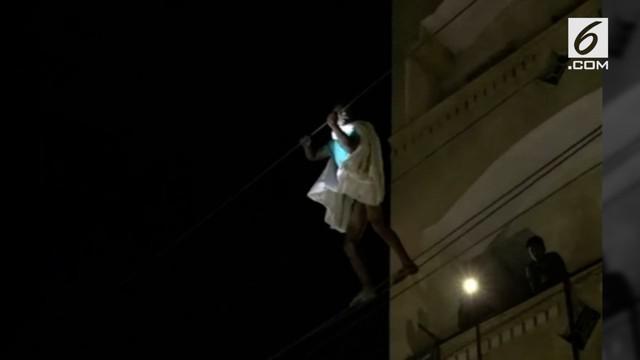 Proses penyelamatan pria yang kabur dari rumah sakit dengan melintasi kabel listrik berlangsung dramatis.