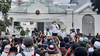 Gubernur Sumut, Edy Rahmayadi, menemui massa aksi yang berunjuk rasa tolak Omnibus Law.