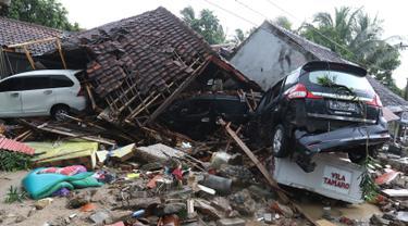 Mobil Diterjang Tsunami Anyer