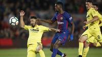 Pemain FC Barcelona, Dembele (tengah) mencoba melewati adangan pemain Villarreal Villareal pada laga La Liga Santander di Camp Nou stadium, Barcelona, (9/5/2018). Barcelona menang telak 5-1. (AP/Manu Fernandez)
