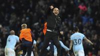 Pelatih Manchester City, Pep Guardiola, merayakan kemenangan atas Southampton yang tercipta melalui pertandingan dramatis di Etihad Stadium, Rabu (29/11/2017). (AP Photo/Rui Vieira)