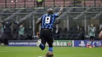 Romelu Lukaku dari Inter Milan melakukan selebrasi setelah mencetak gol pembuka timnya selama pertandingan sepak bola grup B Liga Champions antara Inter Milan dan Borussia Moenchangladbach di stadion San Siro di Milan, Italia, Rabu, 21 Oktober 2020. (Foto