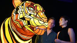 Seniman Lucy Keeler (kanan) dan Nicholas Tory berdiri disamping instalasi harimau Sumatera saat peluncuran Vivid Sydney, Australia (17/3). Instalasi harimau Sumatera ini merupakan karya seniman Australia Lucy Keeler dan Nicholas Tory. (AFP/William West)