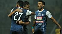 Selebrasi pemain Arema saat melawan Bhayangkara FC di Stadion Kanjuruhan, Malang, Selasa (22/5/2018). (Bola.com/Iwan Setiawan)