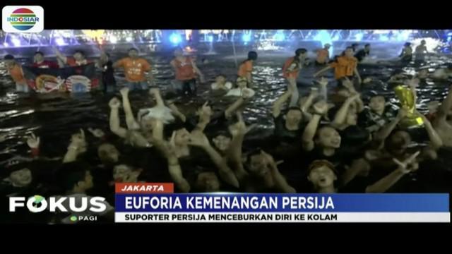 Rayakan kemenangan Persija Jakarta, ratusan Jakmania konvoi dan cebur diri di kolam Bundaran Hotel Indonesia.
