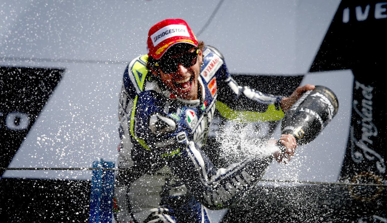 Pembalap tim Movistar Yamaha MotoGP Valentino Rossi merayakan di podium setelah memenangkan MotoGP Belanda di Assen pada 29 Juni 2013. Valentino Rossi resmi memutuskan untuk pensiun dari MotoGP. Pria Italia itu tidak akan membalap lagi di musim 2021. (AFP/Catrinus Van Der Veen/ANP)