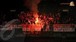Suporter United Red langsung menyalakan kembang api ketika Louis Saha berhasil menjebol gawang Indonesia Red (Liputan 6.com/Helmi Fithriansyah).