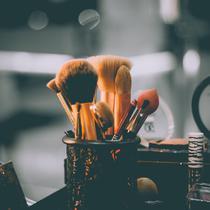 Ilustrasi makeup. (dok. Unsplash.com/Raphael Lovaski @raphaellovaski)