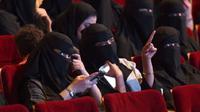 Perempuan-perempuan Saudi sedang menonton festival film pendek di pusat budaya King Fahad di Riyadh, Oktober 2017. (AFP)