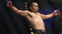 Sunoto petarung Indonesia melakukan pemanasan sejenak sebelum berlaga di ajang tarung bebas MMA bertajuk One Championship. (Bola.com/Peksi Cahyo)
