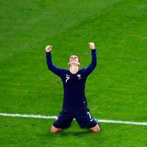Pemain timnas Prancis, Antoine Griezmann merayakan kemenangan atas Belgia pada babak semifinal di Stadion St. Petersburg, Selasa (10/7). Gol Samuel Umtiti mengantarkan Prancis mendepak Belgia sekaligus lolos ke final Piala Dunia 2018. (AP/Pavel Golovkin)