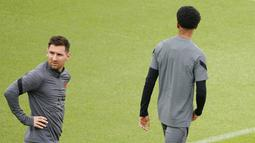 Penyerang PSG, Lionel Messi (kiri) tiba mengikuti sesi latihan tim di Stadion Jan Breydel di Bruges, Belgia, Selasa (14/9/2021). PSG akan melawan Club Brugge pada Grup A Liga Champions di Stadion Jan Breydel. (AP Photo/Olivier Matthys)