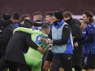 Para pemain Atalanta melakukan selebrasi di akhir pertandingan grup D Liga Champions usai mengalahkan Ajax di Johan Cruyff ArenA di Amsterdam, Belanda, Kamis (10/12/2020). Atalanta memenangkan pertandingan 1-0.  (AP Photo/Peter Dejong)