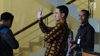 Gubernur Jambi, Zumi Zola melambaikan tangan jelang meninggalkan gedung KPK, Jakarta, Senin (22/1). Zumi Zola dimintai keterangan terkait penyelidikan baru terkait kasus dugaan suap dana APBD Provinsi Jambi. (Liputan6.com/Helmi Fithriansyah)