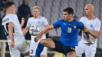 Penyerang Italia, Pietro Pellegri, berebut bola dengan gelandang Estonia, Markus Soomets, pada laga uji coba di Stadion Artemino Franchi, Kamis (12/11/2020) dini hari WIB. Italia menang 4-0 atas Estonia. (AFP/Alberto Pizzoli)