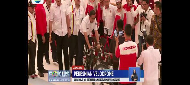 Anies Baswedan yang hadir dalam peresmian langsung mencoba bersepeda bersama para atlet.
