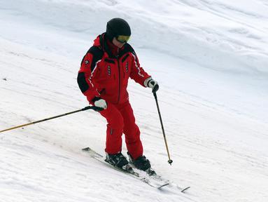 Aksi Presiden Rusia Vladimir Putin saat bermain ski di Gazprom Mountain Resort dekat resor Laut Hitam Sochi, Rusia, Rabu (13/2). (Mikhail KLIMENTYEV/SPUTNIK/AFP)