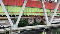 Jembatan penghubung Provinsi Sumsel - Bandar Lampung ambruk akibat truk tronton bermuatan besar (Liputan6.com / Nefri Inge)