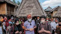 Menparekraf Sandiaga Uno menggandeng Youtuber Atta Halilintar dan Aurel Hermansyah, untuk mempromosikan Desa Wisata Maria di Kabupaten Bima Nusa Tenggara Barat (NTB) (Dok. Humas Kemanparekraf / Dewi Divianta)