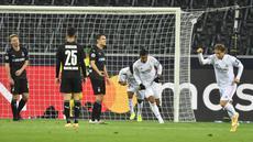 Gelandang Real Madrid, Casemiro (kedua kanan) berselebrasi usai mencetak gol menit ke-90 ke gawang Borussia Monchengladbach pada pertandingan grup B Liga Champions di  Borussia Park, Jerman, Selasa (27/10/2020). Madrid bermain imbang 2-2 atas Monchengladbach. (AP Photo/Martin Meissner)