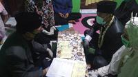 Salah satu pasangan pengantin di Tuban yang menggelar malam sanga lebaran, yaitu tradisi menikah satu hari menjelang lebaran. (Liputan6.com/ Ahmad Adirin)
