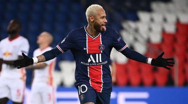 Striker Paris Saint Germain, Neymar, merayakan gol yang dibuatnya melalui eksekusi penalti dalam laga lanjutan Liga Champions 2020/21 melawan RB Leipzig di Parc des Princes Stadium, Paris, Rabu (25/11/2020). PSG mengalahkan Leipzig dengan skor 1-0. (AFP/Franck Fife)