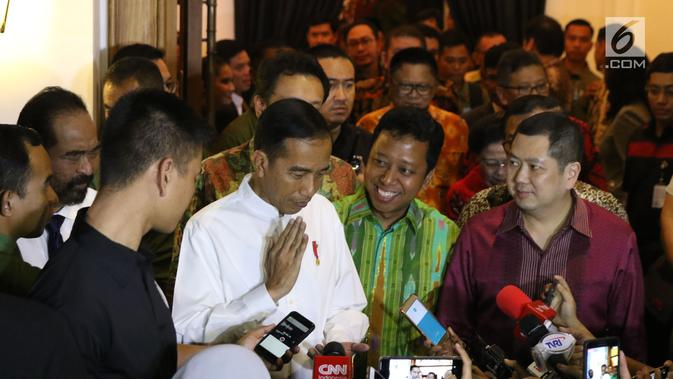Presiden RI, Joko Widodo (kedua kiri) usai melakukan pertemuan dengan pimpinan partai politik pendukung di Pilpres 2019, Jakarta, Kamis (9/8). Pertemuan sekaligus menentukan Cawapres pendamping Jokowi di Pilpres 2019. (Liputan6.com/Helmi Fithriansyah)