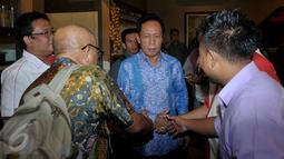 Ketua Umum PKPI Sutiyoso (tengah) bersalaman dengan sejumlah relawan Jokowi saat menghadiri acara deklarasi dukungan terhadap dirinya sebagai calon Kepala Badan Intelijen Negara (BIN), di Jakarta, Kamis (25/6/2015). (Liputan6.com/Johan Tallo)