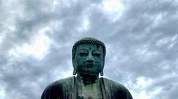 The Great Buddha atau yang biasa disebut Kamakura Daibutsu di kuil Kotoku-in di Kamakura, Prefektur Kanagawa, Jepang pada Sabtu (20/6/2020). Patung Buddha dari perunggu yang menjulang dengan tinggi 13,35 meter ini didirikan tahun 1252. (Behrouz MEHRI/AFP)