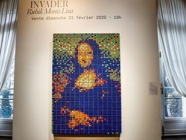 Seni jalanan berjudul Rubik Mona Lisa dipajang di rumah lelang Artcurial, Paris, Prancis, Senin (3/2/2020). Karya seni buatan seniman Prancis Invader tersebut akan dilelang pada 23 Februari mendatang. (FRANCOIS GUILLOT/AFP)