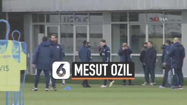 Mesil Ozil resmi tinggalkan klub Inggris Arsenal untuk bermain di klub Fenerbahce. Hari Minggu (24/1) Ozil terlihat jalani latihan perdana bersama tim barunya.