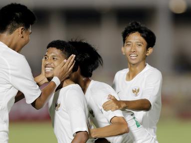 Pemain Timnas Indonesia U-16 merayakan gol yang dicetak oleh Alfin Lestaluhu ke gawang Filipina pada laga babak Kualifikasi Piala AFC U-16 2020 di Stadion Madya, Jakarta, Senin (16/9/2019). Indonesia menang 4-0 atas Filipina. (Bola.com/M Iqbal Ichsan)
