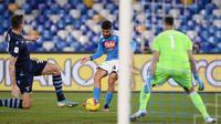 Pemain Napoli Lorenzo Insigne (tengah) mencetak gol ke gawang Lazio pada perempat final Coppa Italia di Stadion San Paolo, Napoli, Italia, Selasa (21/1/2020). Napoli sukses melaju ke semifinaL Coppa Italia setelah mengalahkan Lazio 1-0. (LaPresse via AP)