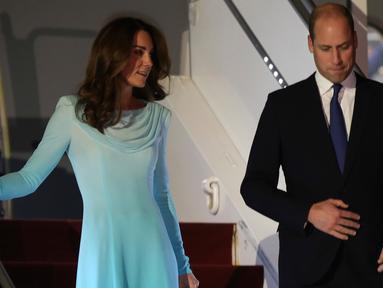 Pangeran William dan Kate Middleton tiba di Pangkalan Udara Nur Khan, Islamabad, Senin (14/10/2019). The Duke and Duchess of Cambrige tersebut melakukan kunjungan resmi pertama mereka ke Pakistan untuk menghormati hubungan bersejarah antara kedua negara. (AP Photo/B.K. Bangash)