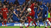 Winger Liverpool, Sadio Mane berebut bola dengan  bek Chelsea, Marcos Alonso pada laga putaran lima Piala FA di Stamford Bridge, London, Selasa (3/3/2020). Chelsea mengemas kemenangan telak 2-0 atas tamunya Liverpool. (AP/Ian Walton)