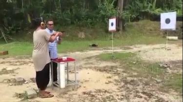 Begini Jadinya Saat Orang Latah Latihan Menembak