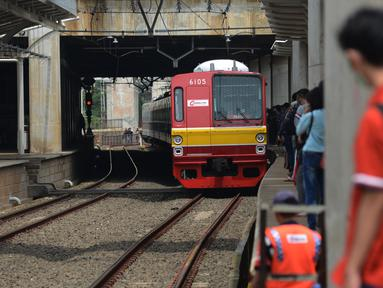Penumpang bersiap menaiki rangkaian kereta Commuter Line di Stasiun Manggarai, Jakarta, Selasa (22/1). PT. Kereta Commuter Indonesia (KCI) menutup jalur 10 Stasiun Manggarai tujuan Depok dan Bogor sejak 23 Januari - 8 Maret 2019. (Merdeka.com/Imam Buhori)