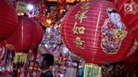 Ragam pernak-pernik menyambut Imlek dijual di Pasar Pancoran Glodok, Tamansari, Jakarta, Minggu, (21/1). Pernak-pernik yang dijual jelang Imlek seperti lampion, kartu Imlek, baju, dan hiasan rumah. (Liputan6.com/Faizal Fanani)