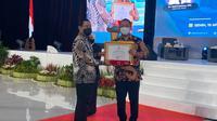 Wali Kota Semarang, Hendrar Prihadi menerima saat menerima piagam penghargaan dari IPDN.